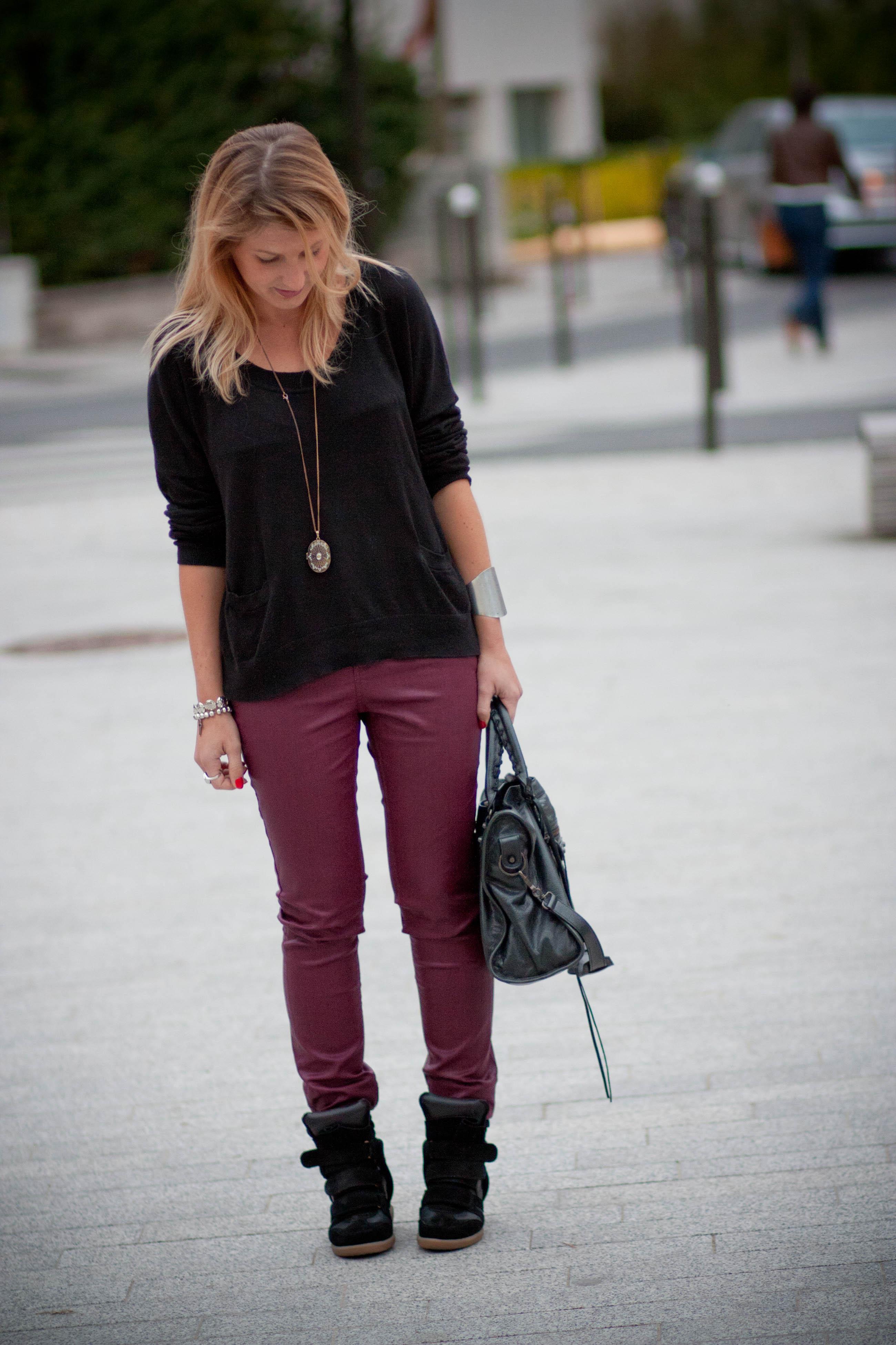 Pull Pimkie, pantalon Zara ( collection actuelle), baskets Beckett Isabel Marant (collection actuelle), sac Balenciaga.