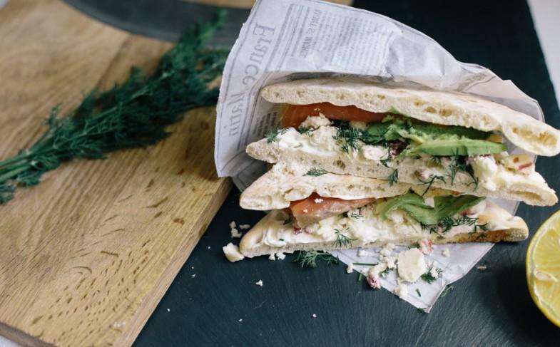 Sandwich express et gourmand : avocat, stilton, saumon fumé et pain suédois